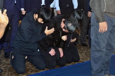 台湾の列車脱線事故、運転士が犠牲者の遺族に謝罪
