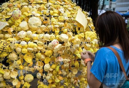 市内に飾られる折り紙の傘、「雨傘革命」の香港