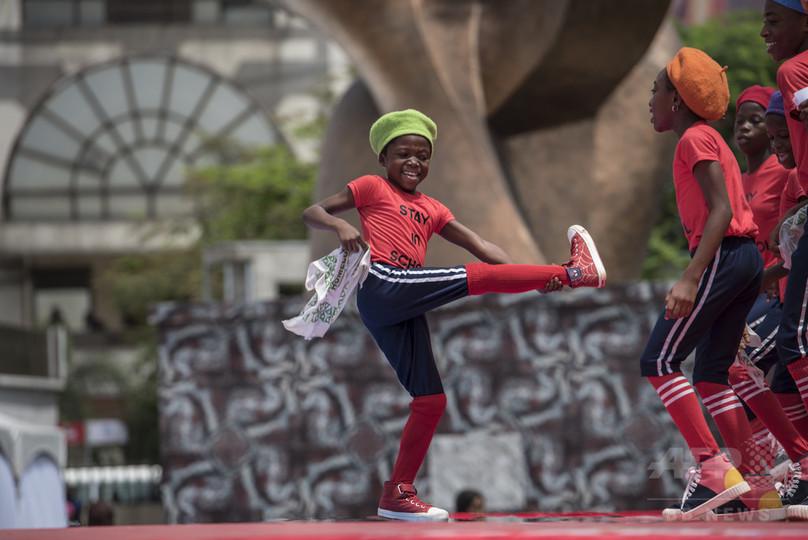 路上のダンス動画で夢を捕まえる子どもたち、ナイジェリア