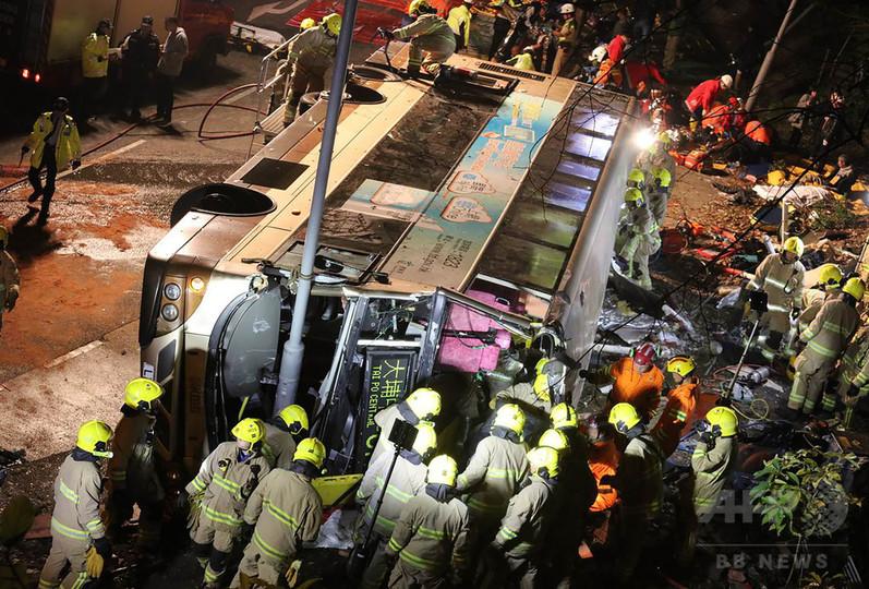 香港で2階建てバス横転、19人死亡 運転手 遅刻とがめられスピード上げる