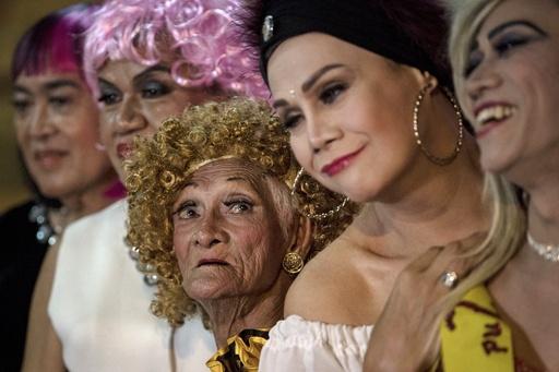 フィリピンの「ゴールデン・ゲイ」 仲間と生きるための女装ショー