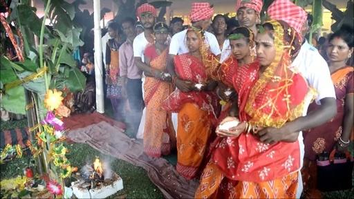 動画:インドで集団結婚式、101組の夫婦誕生 挙式費用捻出できず