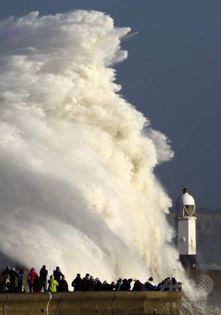 異例のハリケーンがアイルランド直撃、3人死亡 停電も拡大