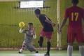 片足のゴールキーパーが蹴り出す力強いメッセージ、インドネシア
