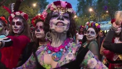 動画:骸骨の貴婦人たちが練り歩く 「死者の日」控えパレード メキシコ