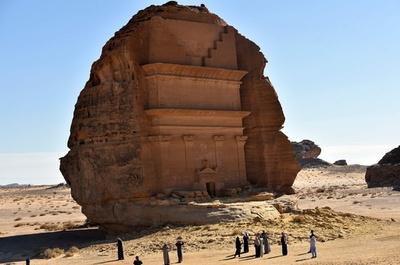 バラ色の砂岩に装飾施した巨大な墓石、サウジの世界遺産