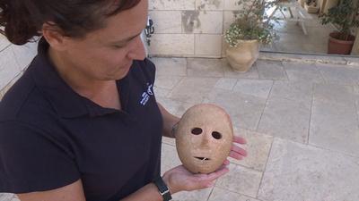 動画:9000年前の希少な石の仮面、イスラエル考古学庁が公開