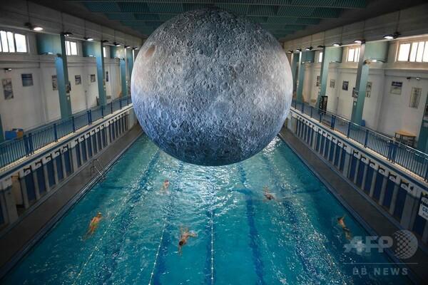 これぞ月光浴、プールの上に巨大な月のアート作品 仏