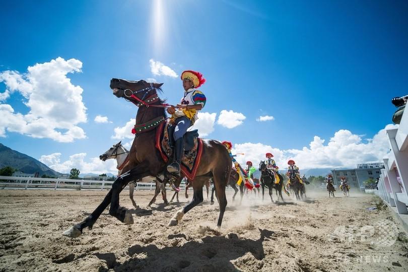 伝統馬術で祝うチベット「雪頓節」