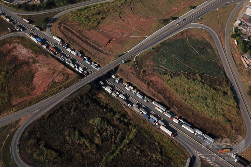 トラック運転手の道路封鎖スト、大統領が軍に排除命令 ブラジル