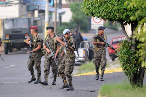 ホンジュラス大統領を軍が拘束、側近情報