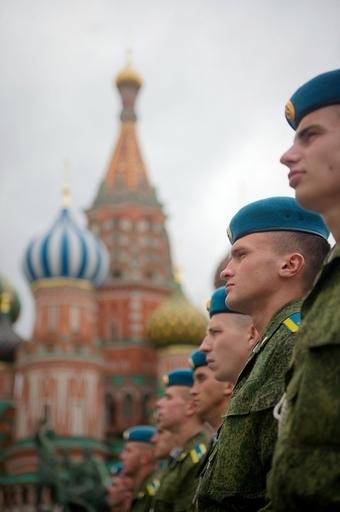 プーチン首相を「暴君」と歌う元エリート兵士のバンドが大ヒット