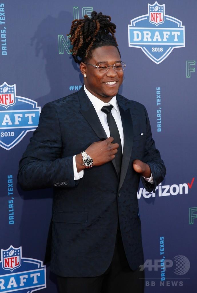 片手切断のアメフト選手にドラフト指名、NFL入りの夢かなう