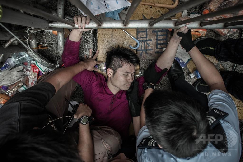 香港の民主派デモ隊、襲撃を受け政府との対話を中止