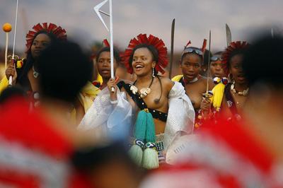 南部アフリカ・スワジランドで、処女7万人が国王に捧げるダンス