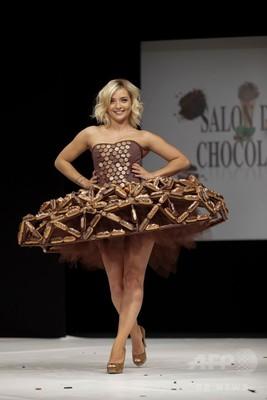 仏パリで、チョコレートドレスのファッションショー
