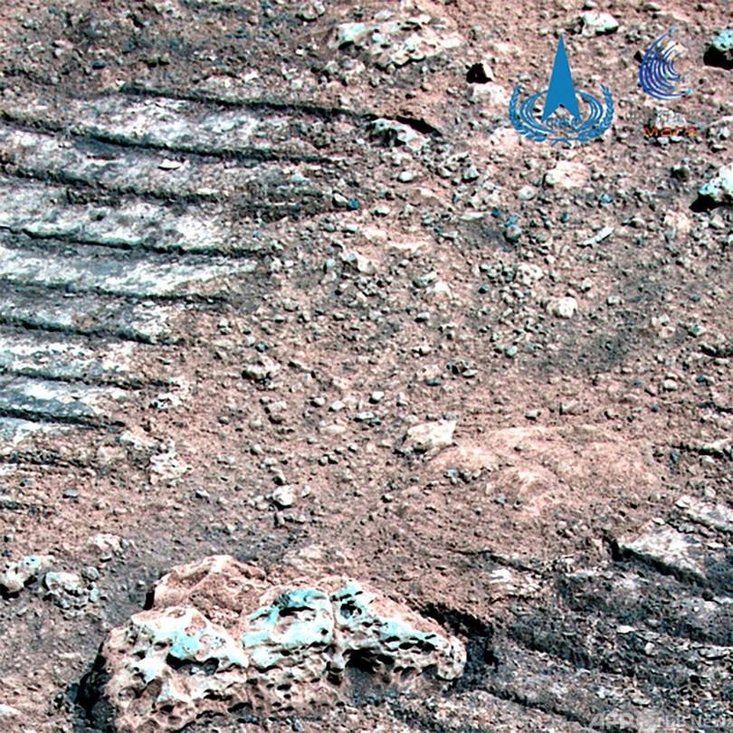 中国、火星探査車「祝融」撮影の新たな画像公開