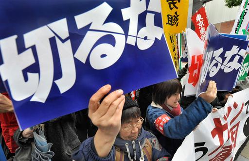 経団連前で「派遣切り」抗議デモ