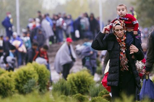 スロベニア、移民懸念し列車運行中止 ハンガリーは国境封鎖