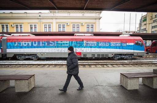 国旗色の車体に「コソボはセルビア」、列車運行めぐり緊張高まる