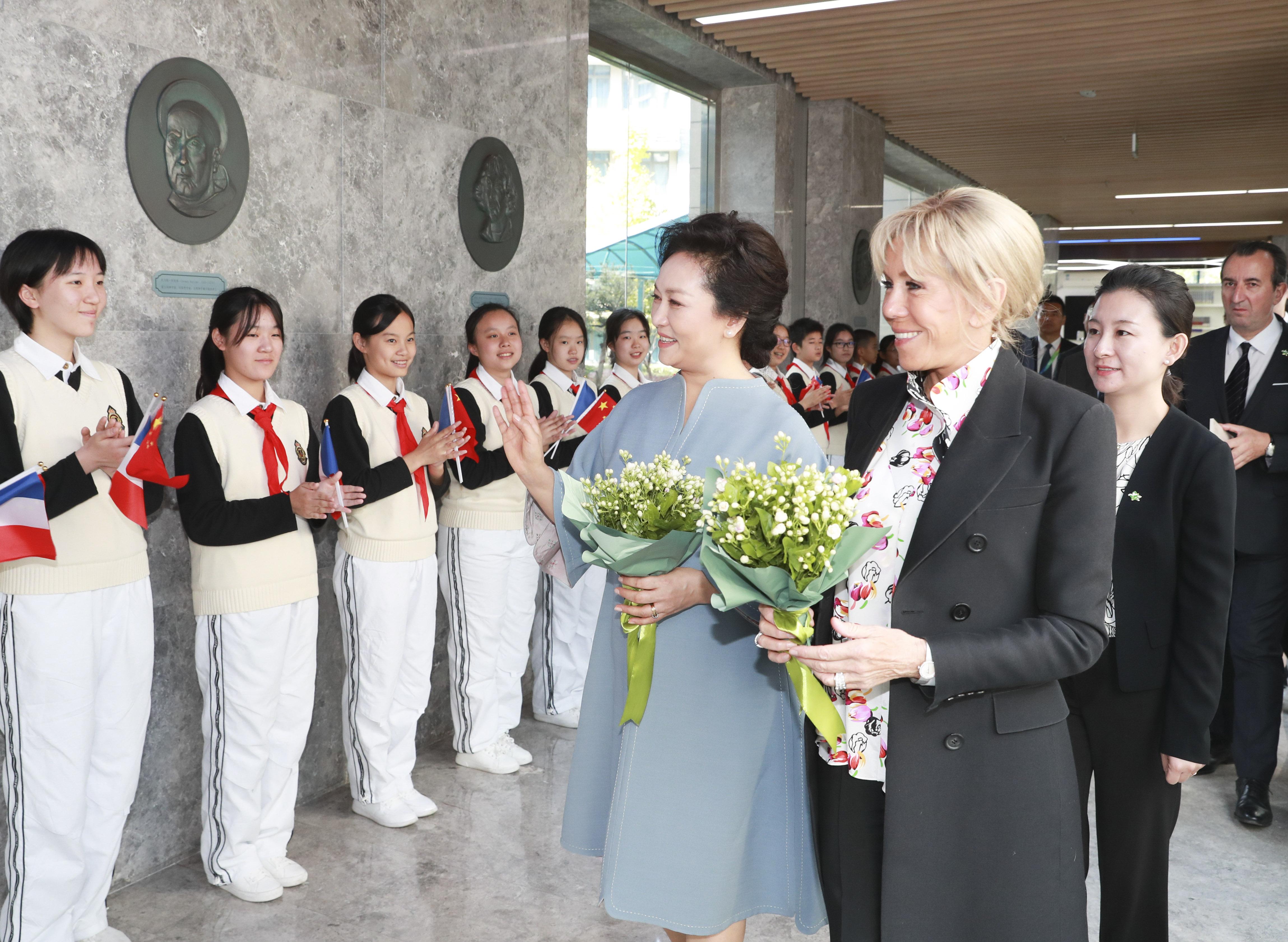 彭麗媛夫人とブリジット夫人、上海外国語大学附属外国語学校を見学