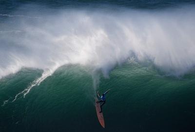 ビッグウエーブを乗りこなせ、ポルトガルでサーフィンの国際大会