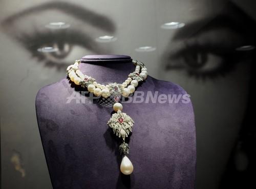 エリザベス・テイラーの真珠のネックレス、9億円超で落札