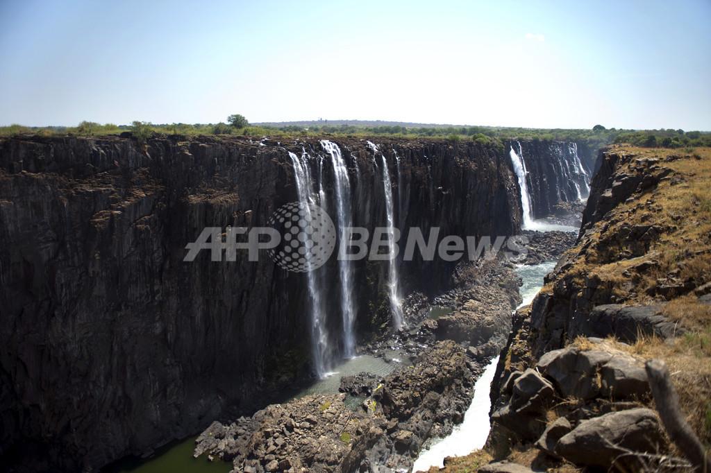 ビクトリアの滝に観光客転落、打撲のみで生還