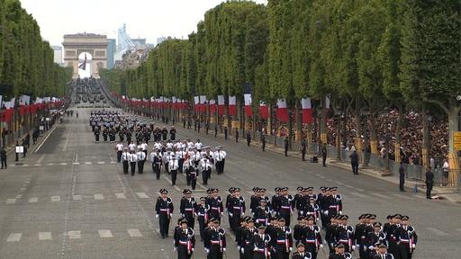 動画:仏、革命記念日パレードで欧州の軍事協力誇示 終了後には抗議デモも