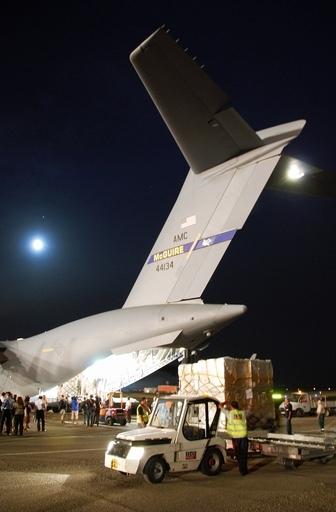 米国の人道支援物資、第一便がグルジア首都に到着