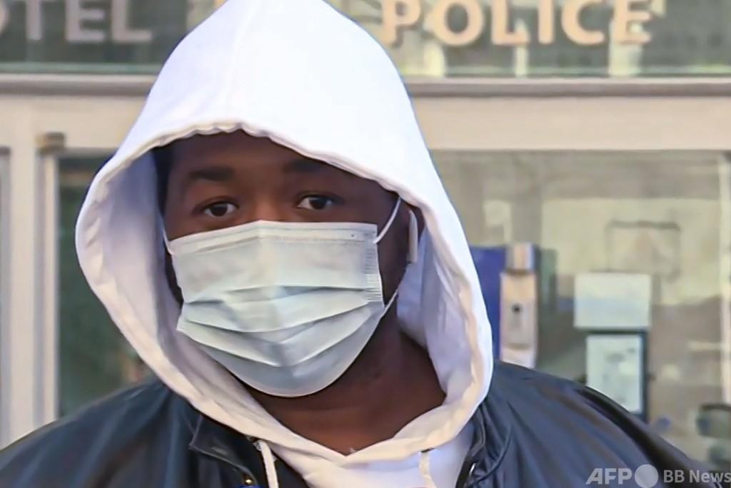 仏パリで警官が黒人男性に暴行、動画公開で非難殺到