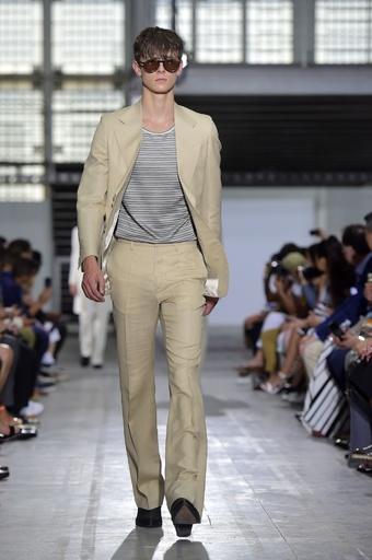 多彩なスーツスタイル、「コスチューム ナショナル」15年春夏メンズ