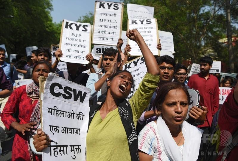 8歳女児を集団レイプし殺害、警察官ら男8人逮捕 インド