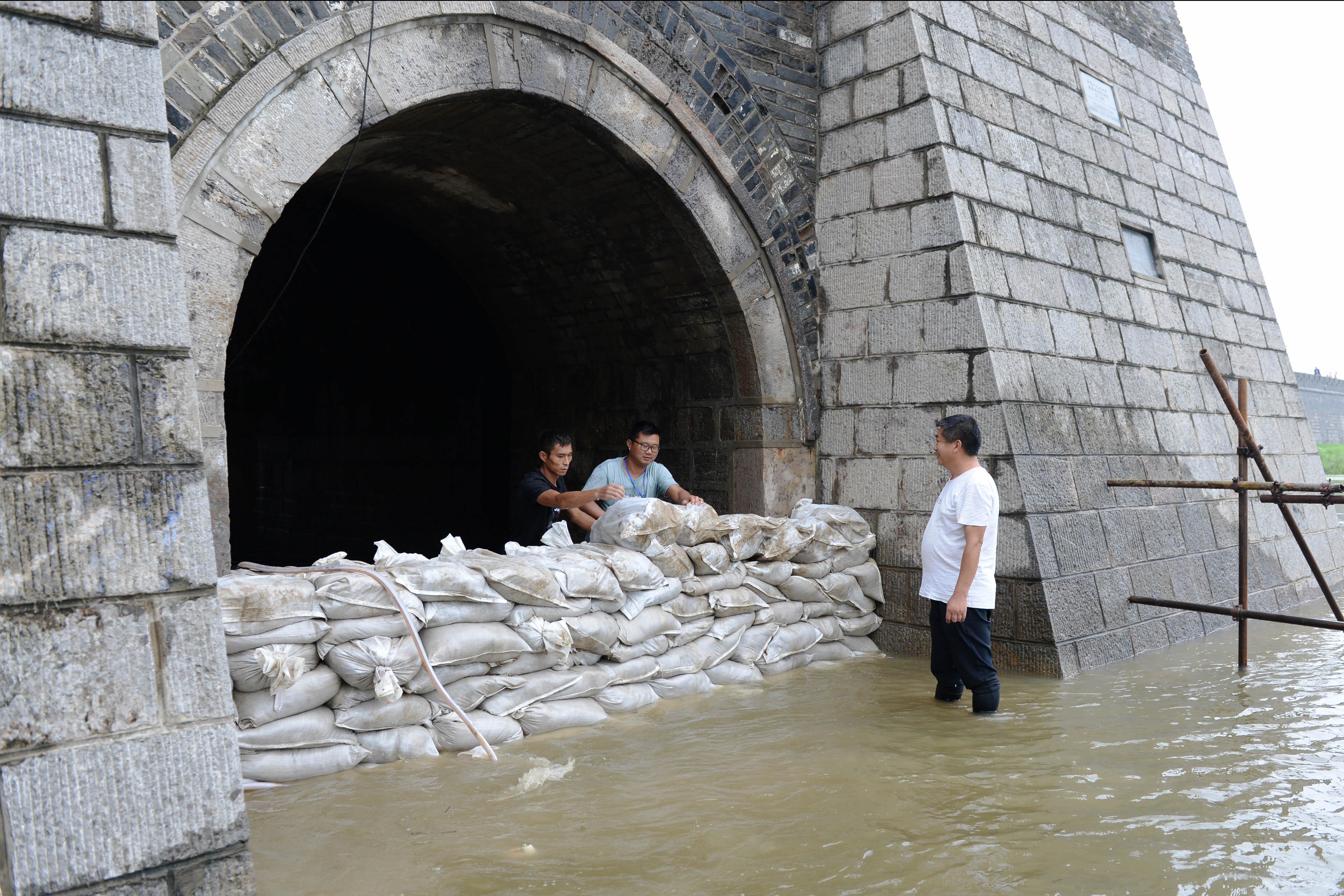 寿県古城、堀の増水で城門封鎖 安徽省淮南市