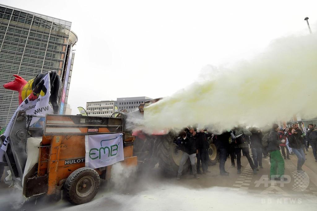 酪農家が粉ミルク噴射で抗議、EU本部前真っ白に ベルギー