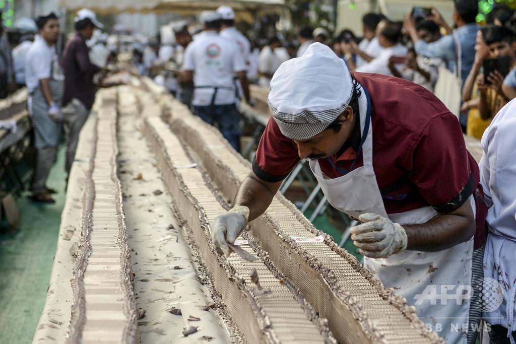 甘くてなが~い!全長6.5キロのケーキでギネス世界記録に挑戦、インド