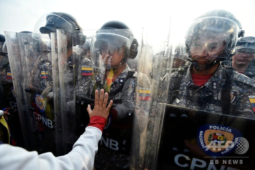 ベネズエラに「支援物資到着」と野党指導者 国境付近では衝突も