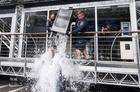 「氷水チャレンジ」で事故、消防士4人重軽傷 米
