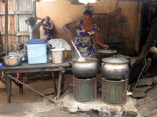 ココナツの殻と太陽光発電で調理、温暖化対策に期待 ベナン