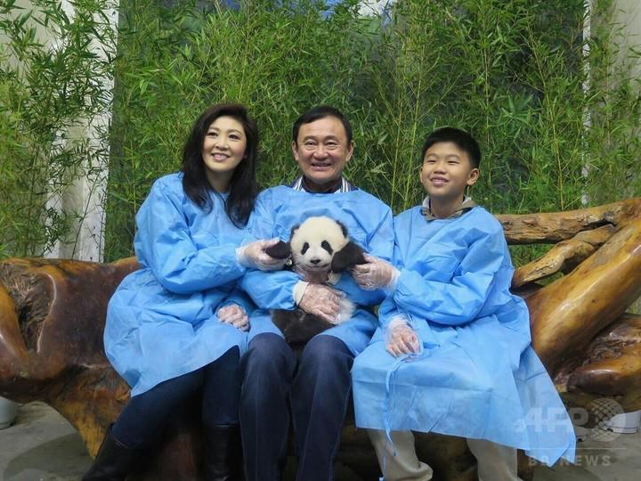 タクシン元首相がパンダと写真、タイ軍政が神経とがらせる