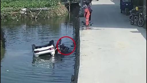 動画:車が川に転落、村民が7分で救助 中国・莆田市