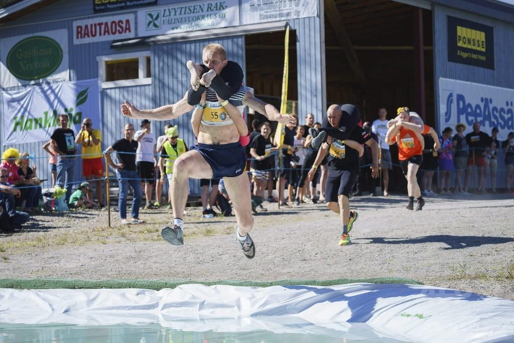フィンランドで「奥様運び世界大会」、開催国ペアが優勝
