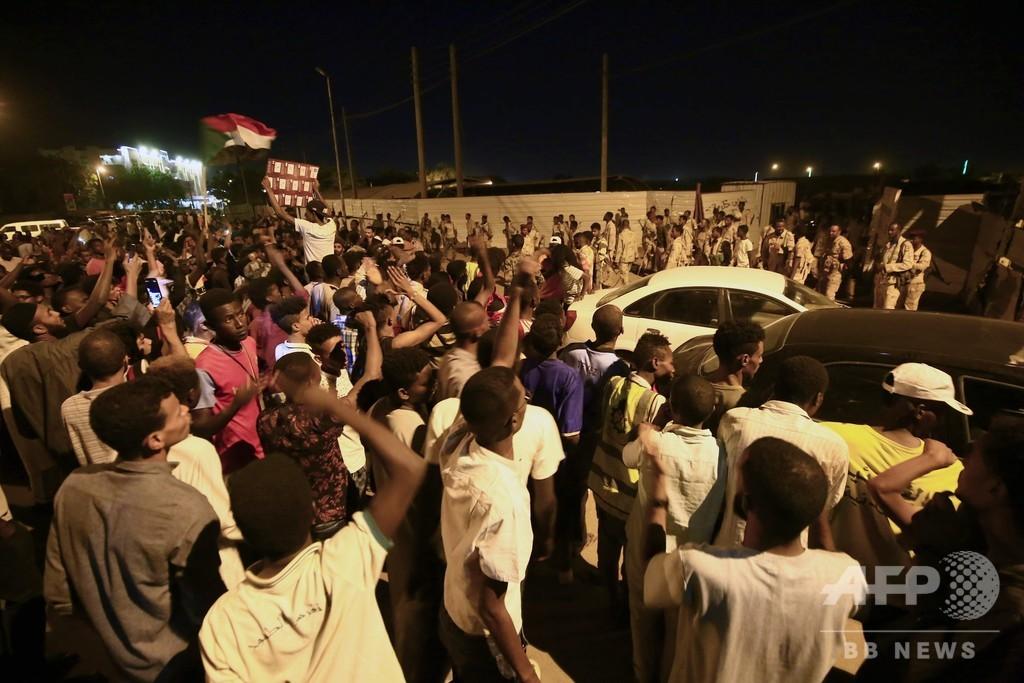 デモ参加者5人と陸軍将校1人死亡、スーダン 前政権系の民兵組織の仕業か