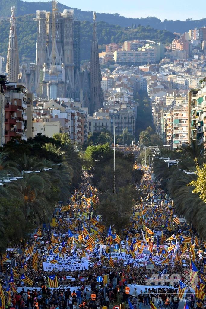 バルセロナで大規模デモ、35万人が平穏に行進 急進派のデモでは警察と衝突