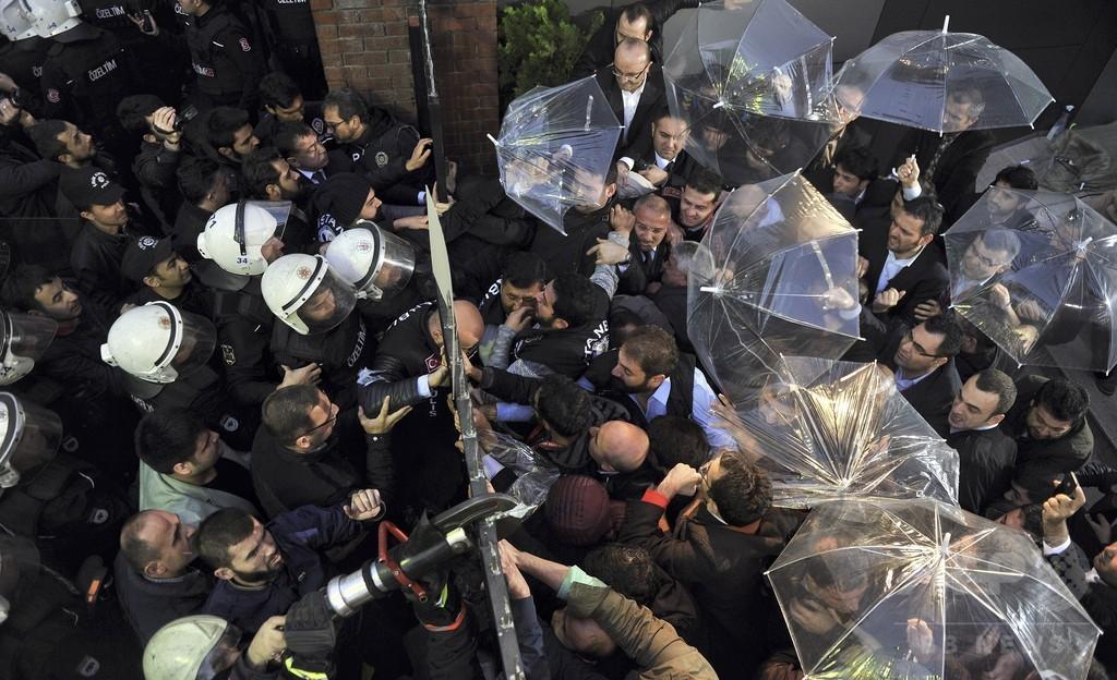 トルコ警察、反政権系テレビ局に突入