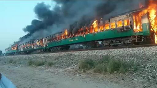 動画:パキスタンで列車火災、死者74人 乗客が調理中にガスボンベ爆発