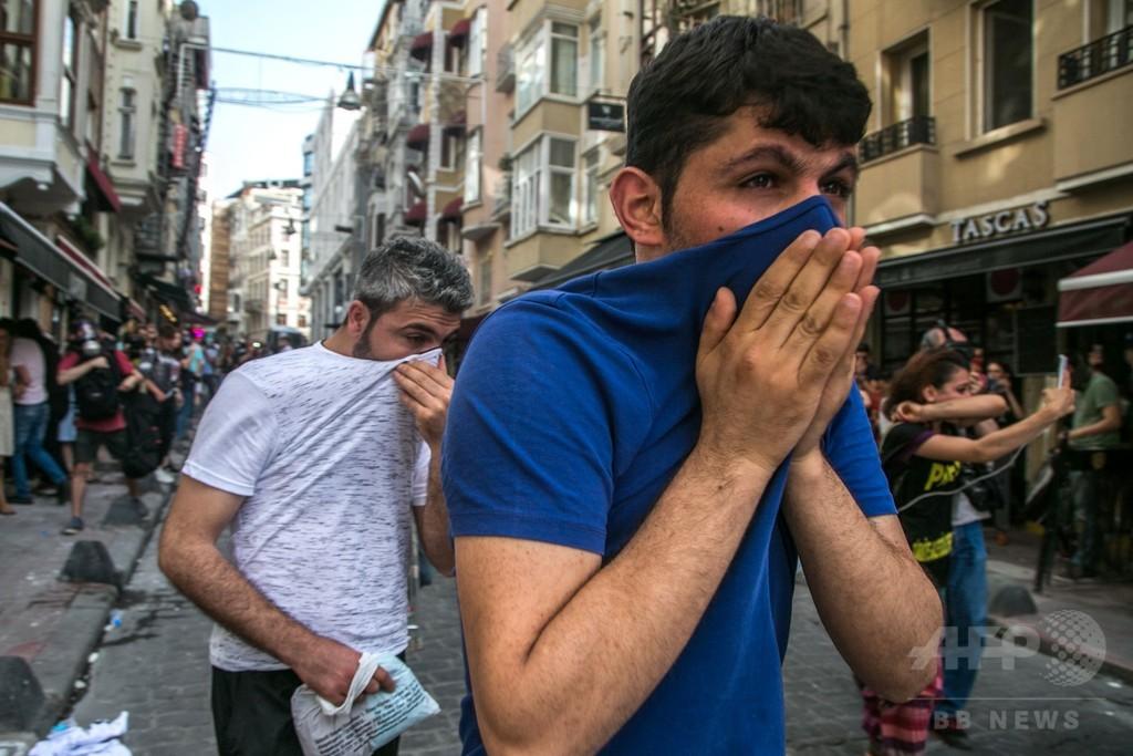 LGBT集会に催涙ガス、トルコ・イスタンブールの機動隊