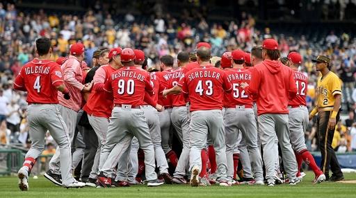 MLBで両軍総出の大乱闘、レッズのプイグら5人に退場処分