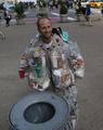 体中にごみをまとい街を歩く環境活動家、米ニューヨーク
