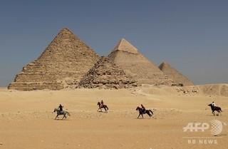 ピラミッドに裸の男女、登頂手助けしたラクダ乗りら逮捕 エジプト